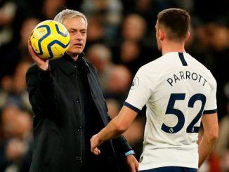 Troy Parrott , hablando con Mourinho en el partido de su debut con el Tottenham.